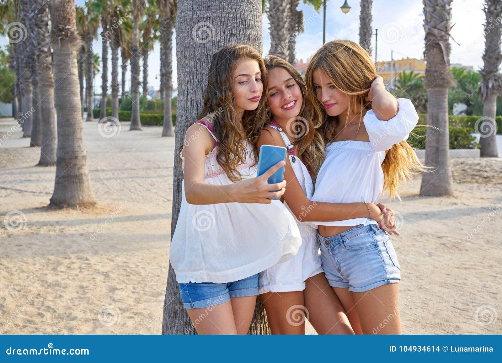 Selfie adolescente do tiro do grupo das meninas dos melhores amigos