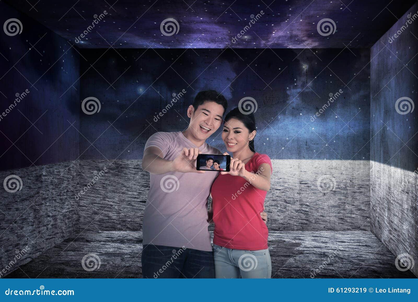 Selfie asiático da tomada dos pares