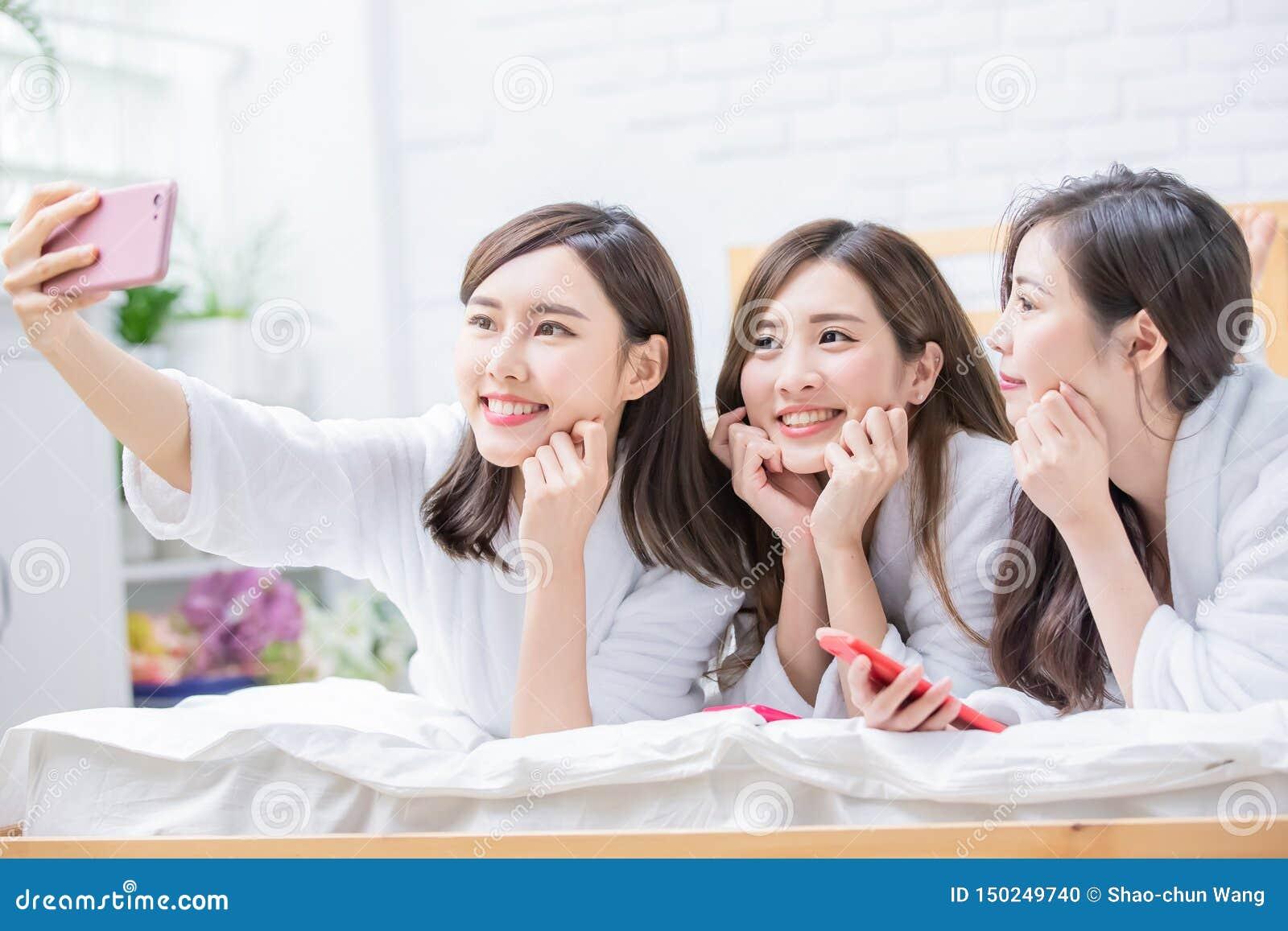 Selfie asiático de la toma del amigo de las mujeres