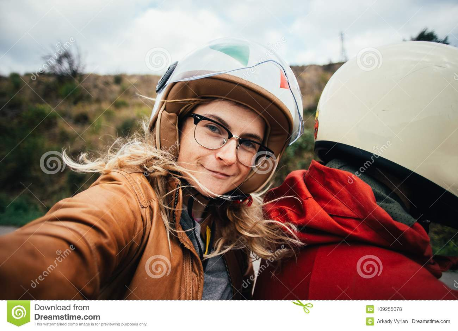 Selfie av motorcykelpassageraren, ung kvinna