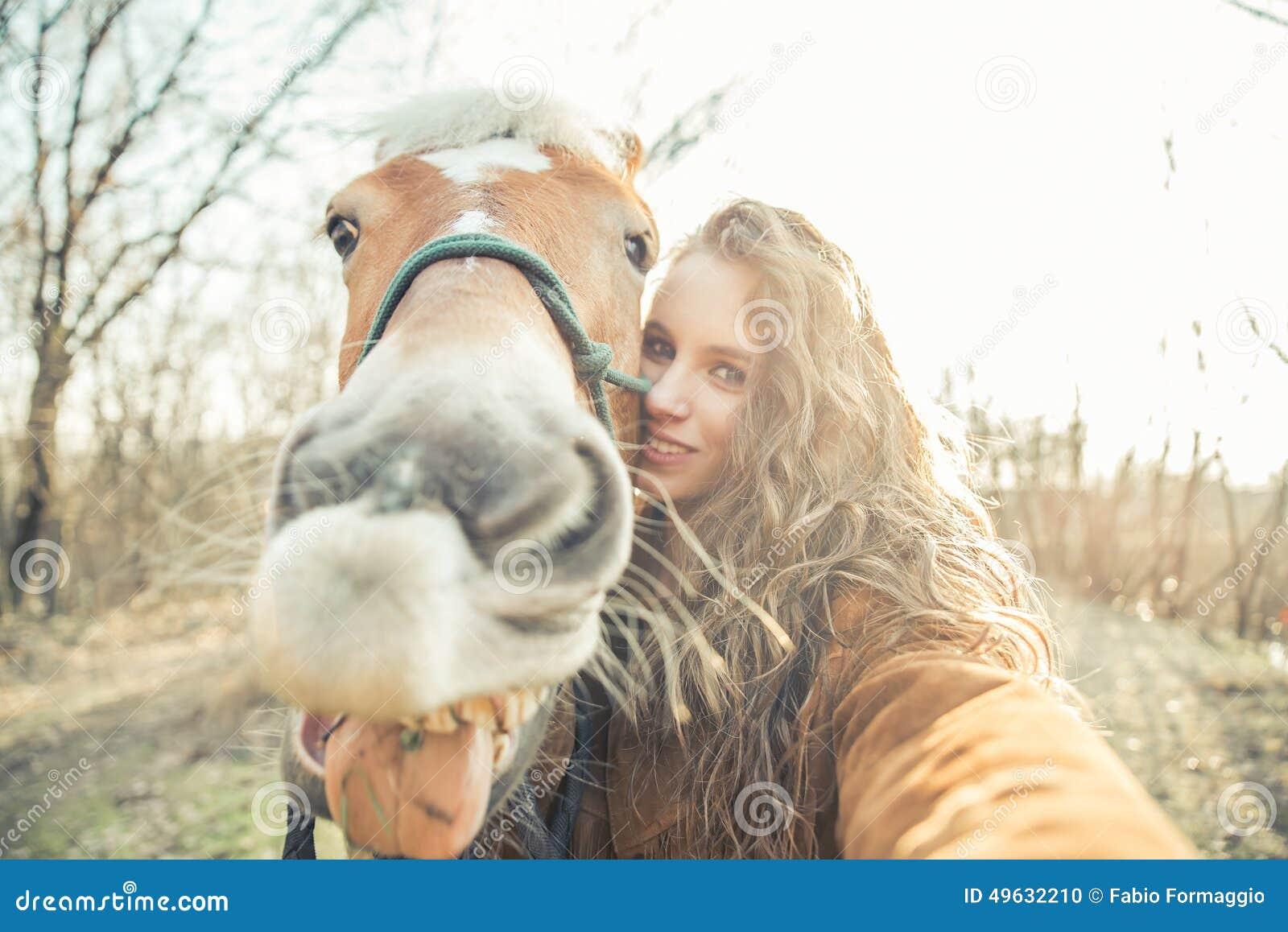 Selfie con il cavallo divertente del fronte
