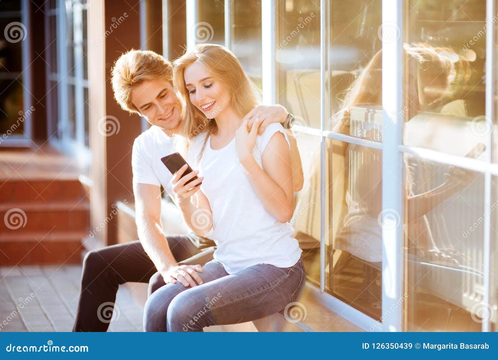 Selfie con Smartphone, par joven feliz