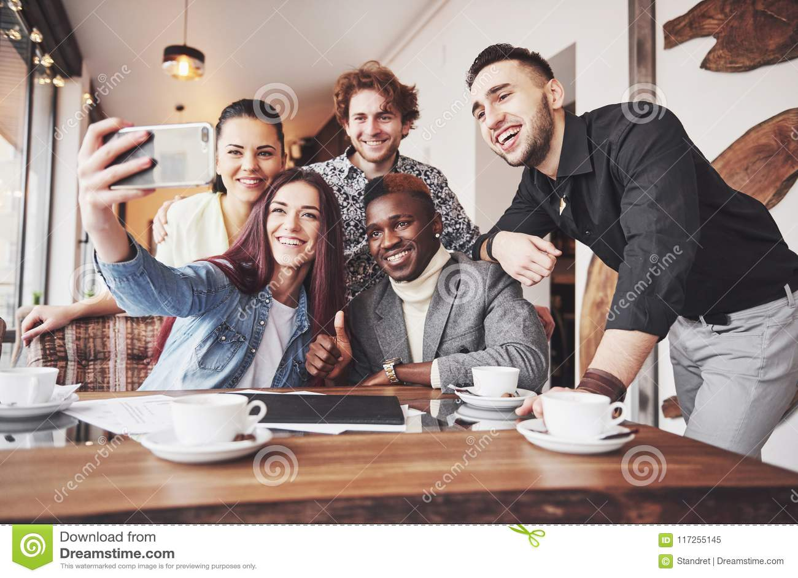 Selfie de los adolescentes sonrientes jovenes que se divierten junto Mejores amigos que toman el selfie al aire libre con hacer e
