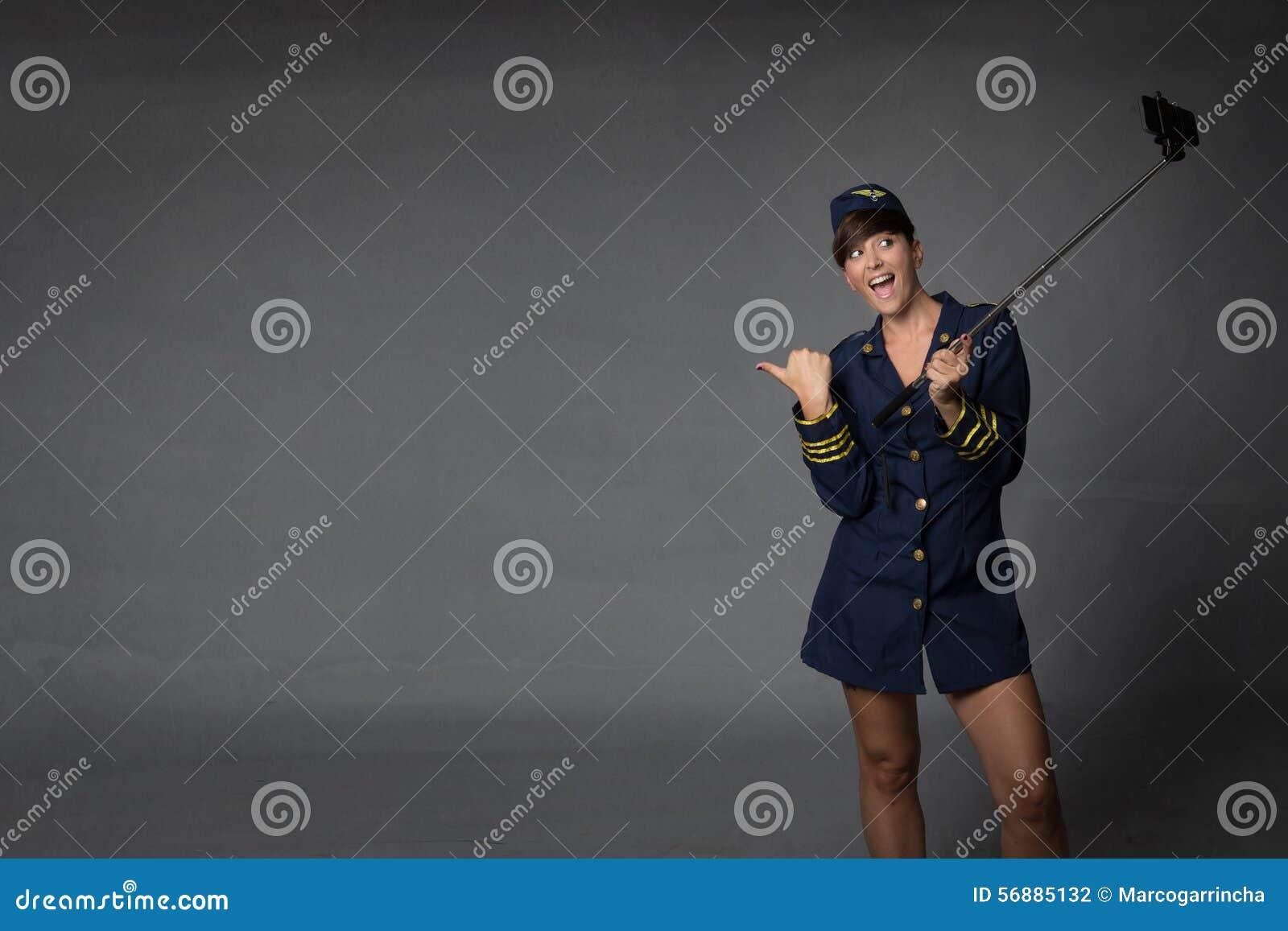 Selfie della presa dell assistente di volo con il telefono della macchina fotografica