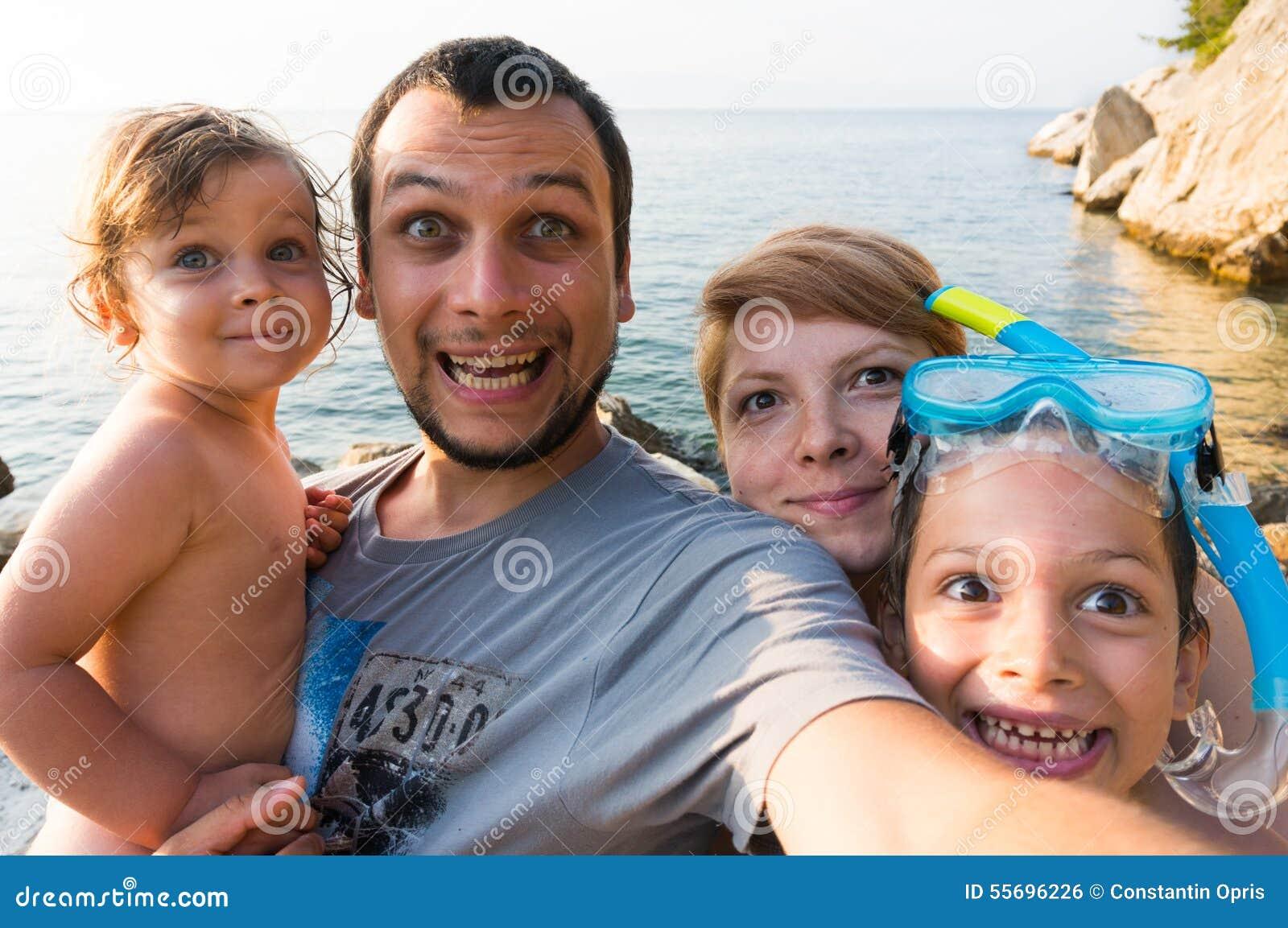 Selfie divertente di viaggio della famiglia