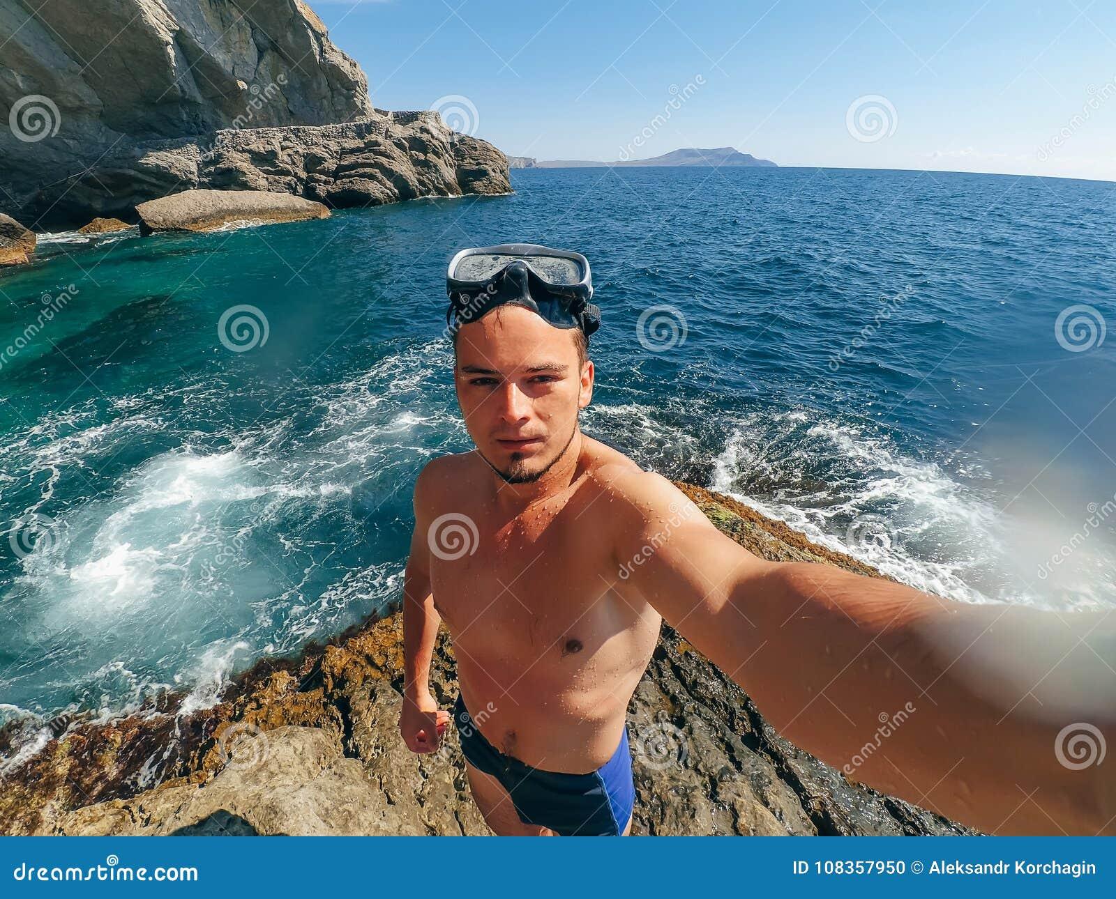 Selfie mette in mostra l 39 operatore subacqueo degli uomini nella maschera che sta sulla riva del - Uomini in costume da bagno ...