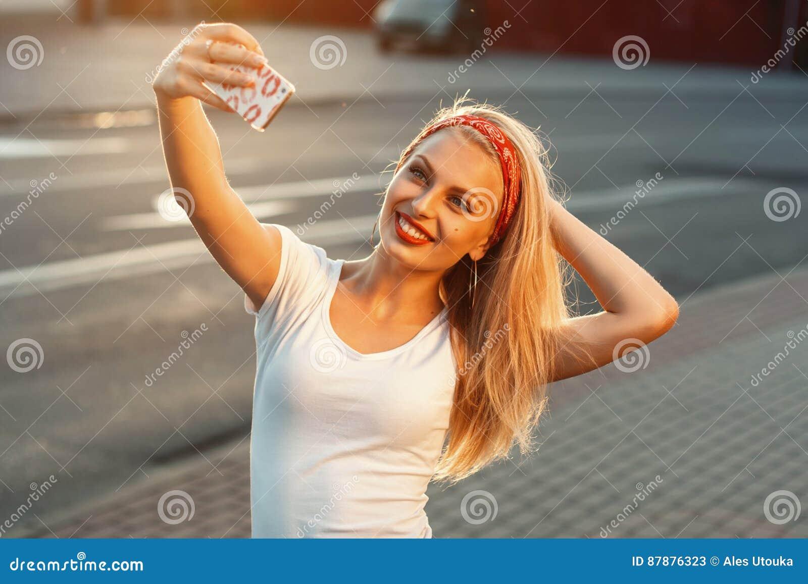 Selfie, muchacha hermosa tomada imágenes de su uno mismo, instagram