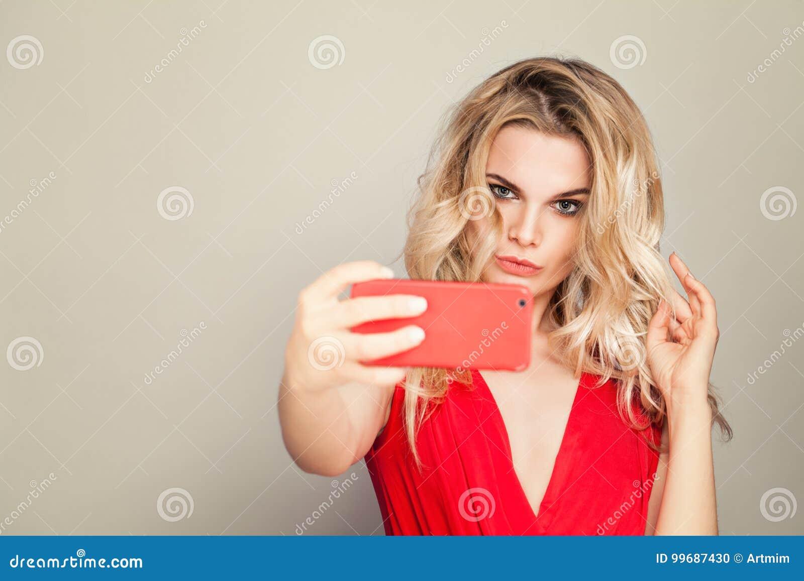 Selfie Schöne Blondine mit Make-up und dem gelocktes Haar-Nehmen