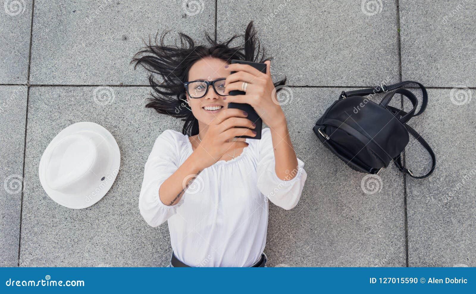 Selfie Sobre viwe de la muchacha feliz joven con photogra del smarthphone