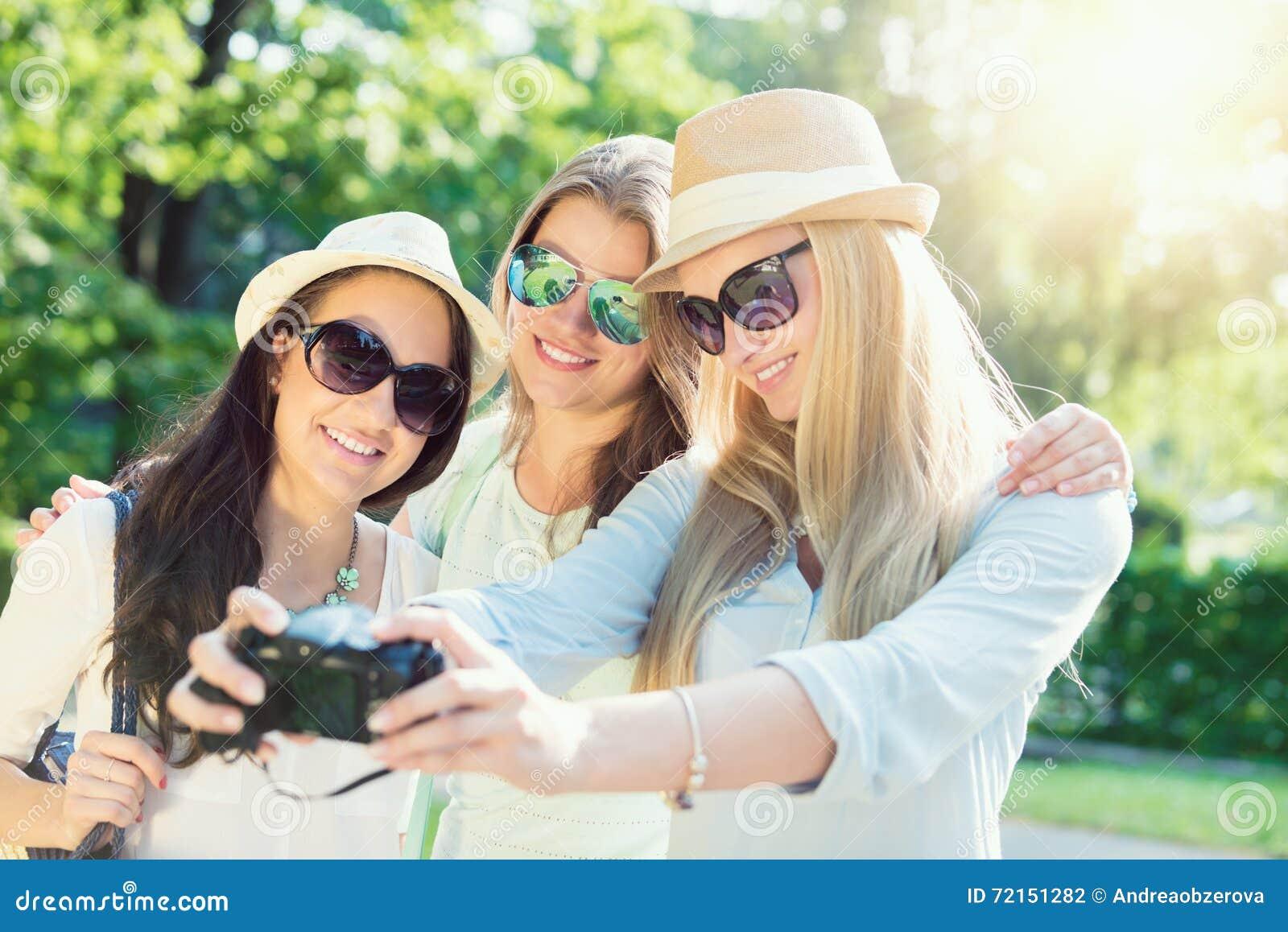 Selfie Trzy atrakcyjnej dziewczyny bierze obrazek przy wakacjami letnimi,