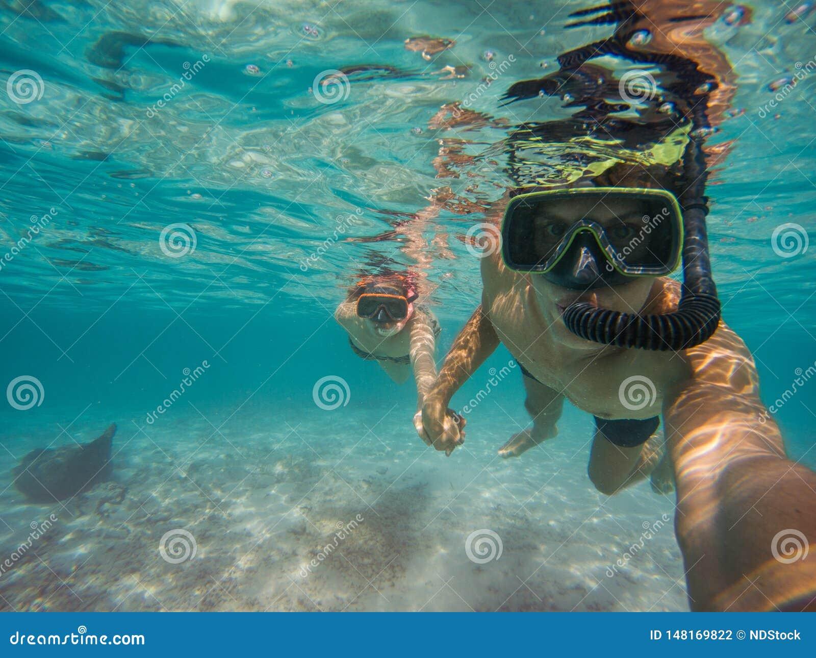 Selfie von den jungen Paaren, die im Meer schnorcheln