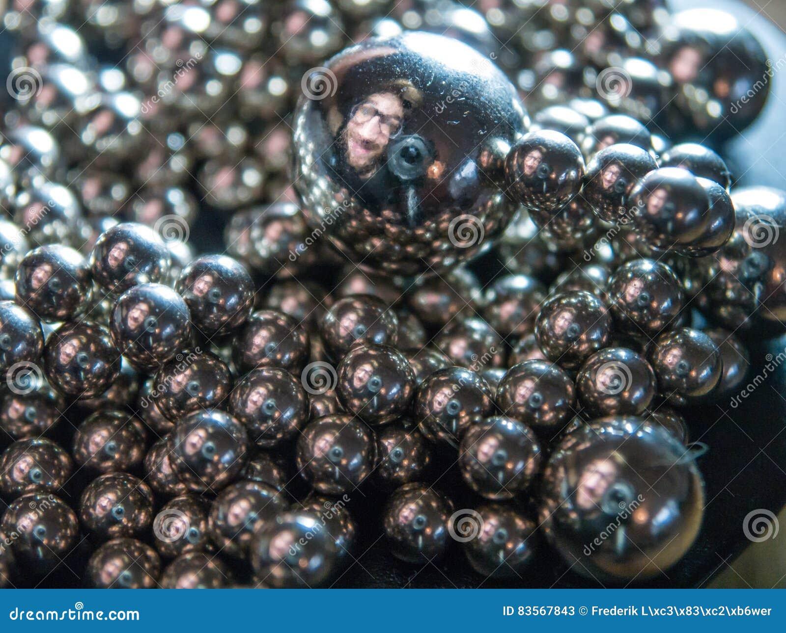 Selfie w srebnej kuli ziemskiej