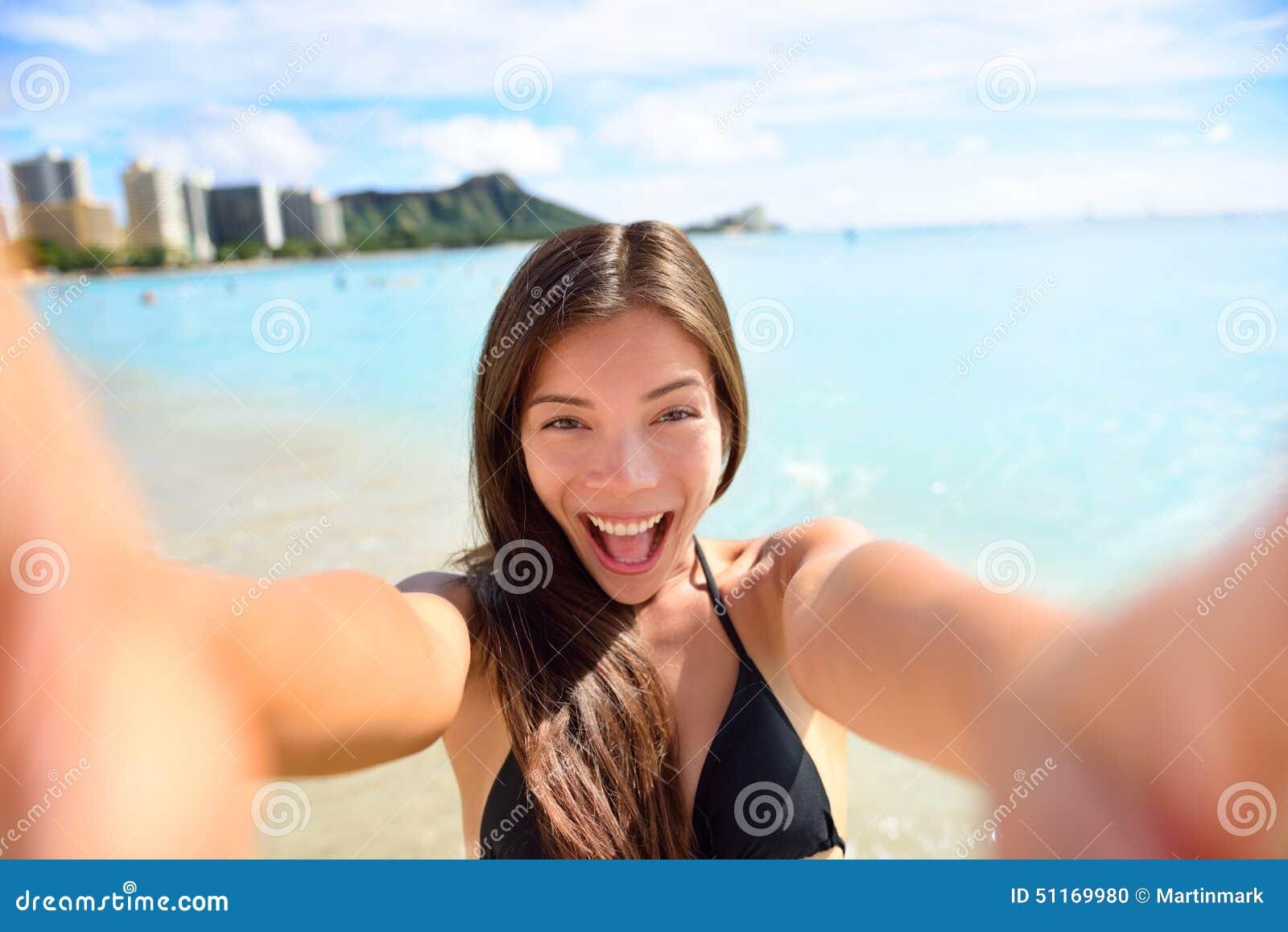 Selfie zabawy kobieta bierze obrazek przy plaża wakacje