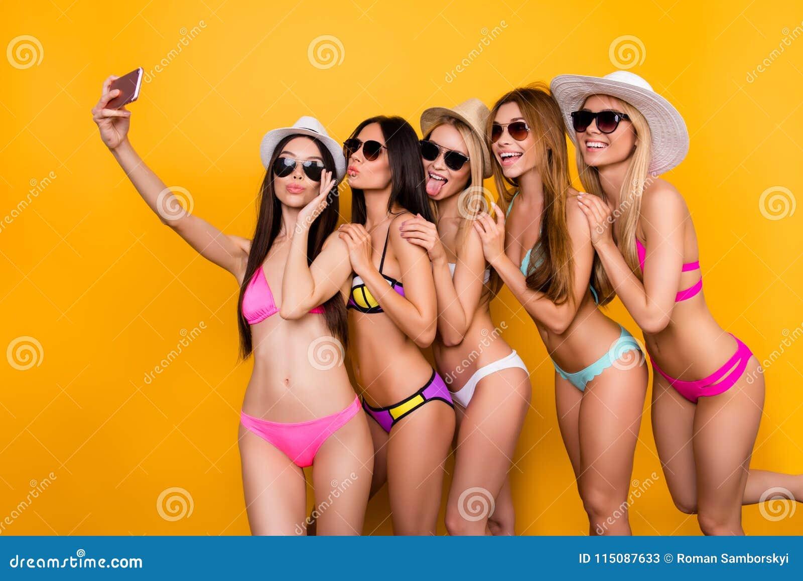 Selfie-Zeit, Babys! Fünf Freundinnen in den Schwimmenklagen, Sonnenbrille a