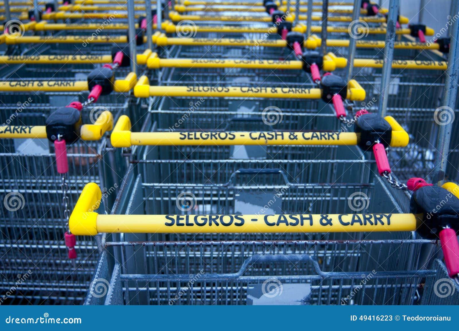 Download Selgros-Warenkörbe 2 redaktionelles stockfoto. Bild von polen - 49416223