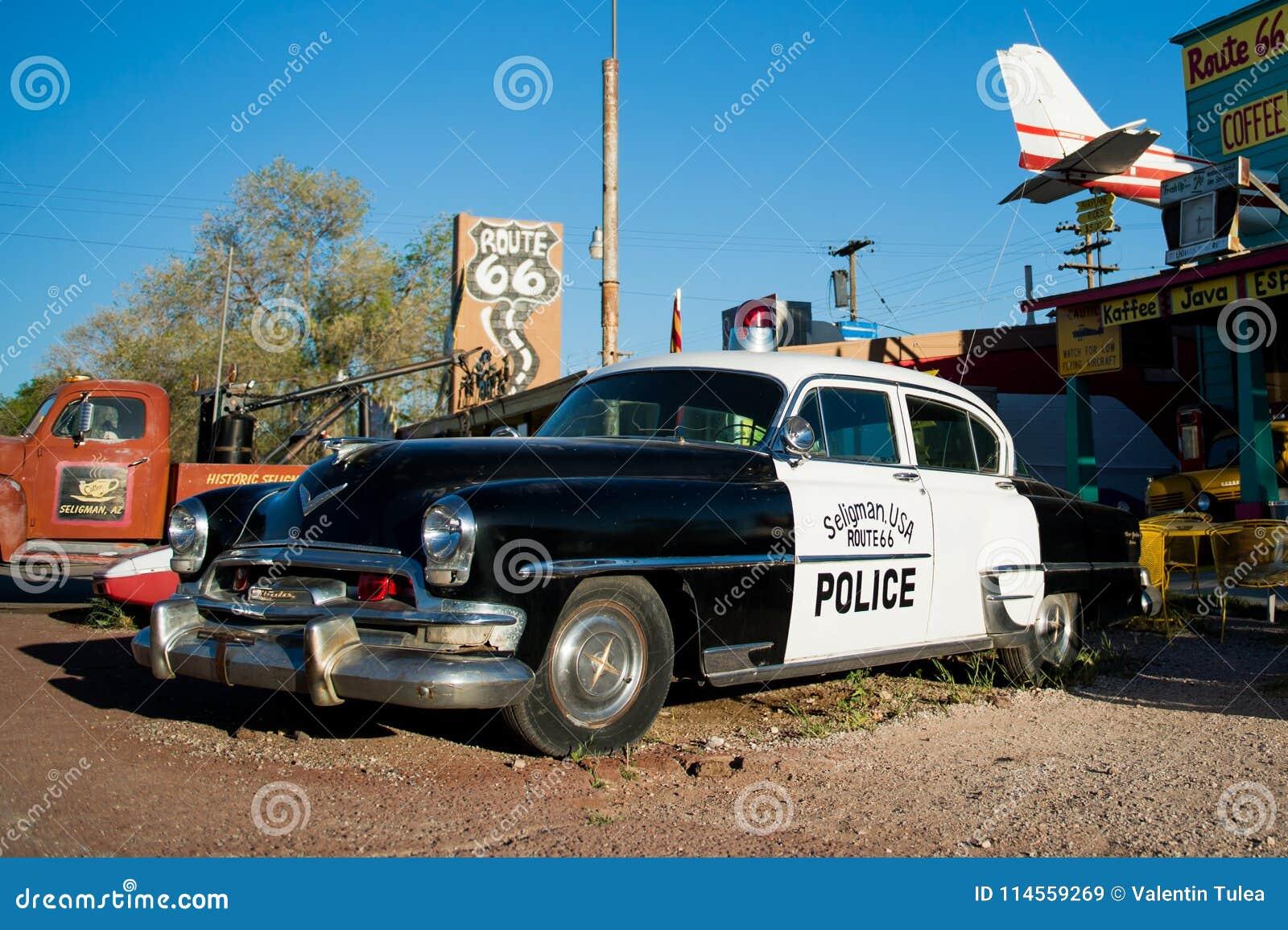 SELIGMAN - Rocznika samochód policyjny wzdłuż trasy 66