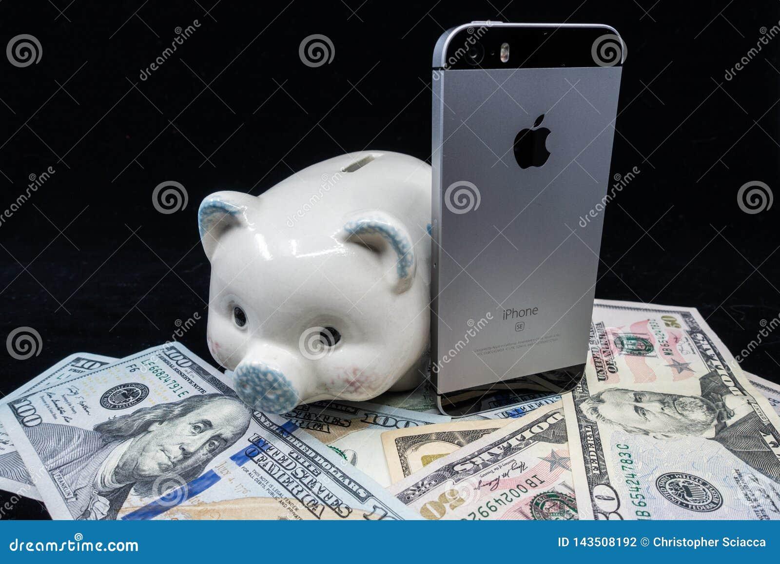 Selinsgrove,PA,美国- 2019年3月31日:苹果计算机iPhone坐在堆美国货币顶部