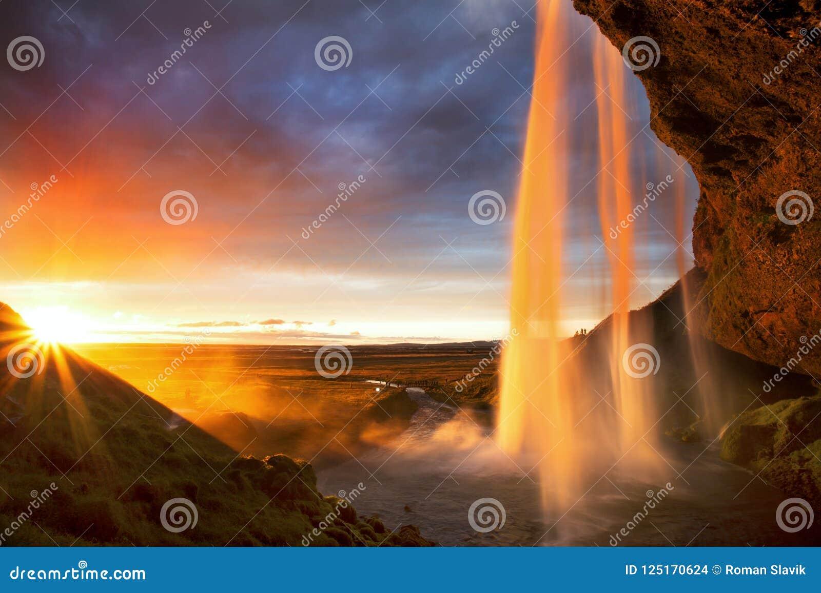 Seljalandfoss vattenfall på solnedgången, Island