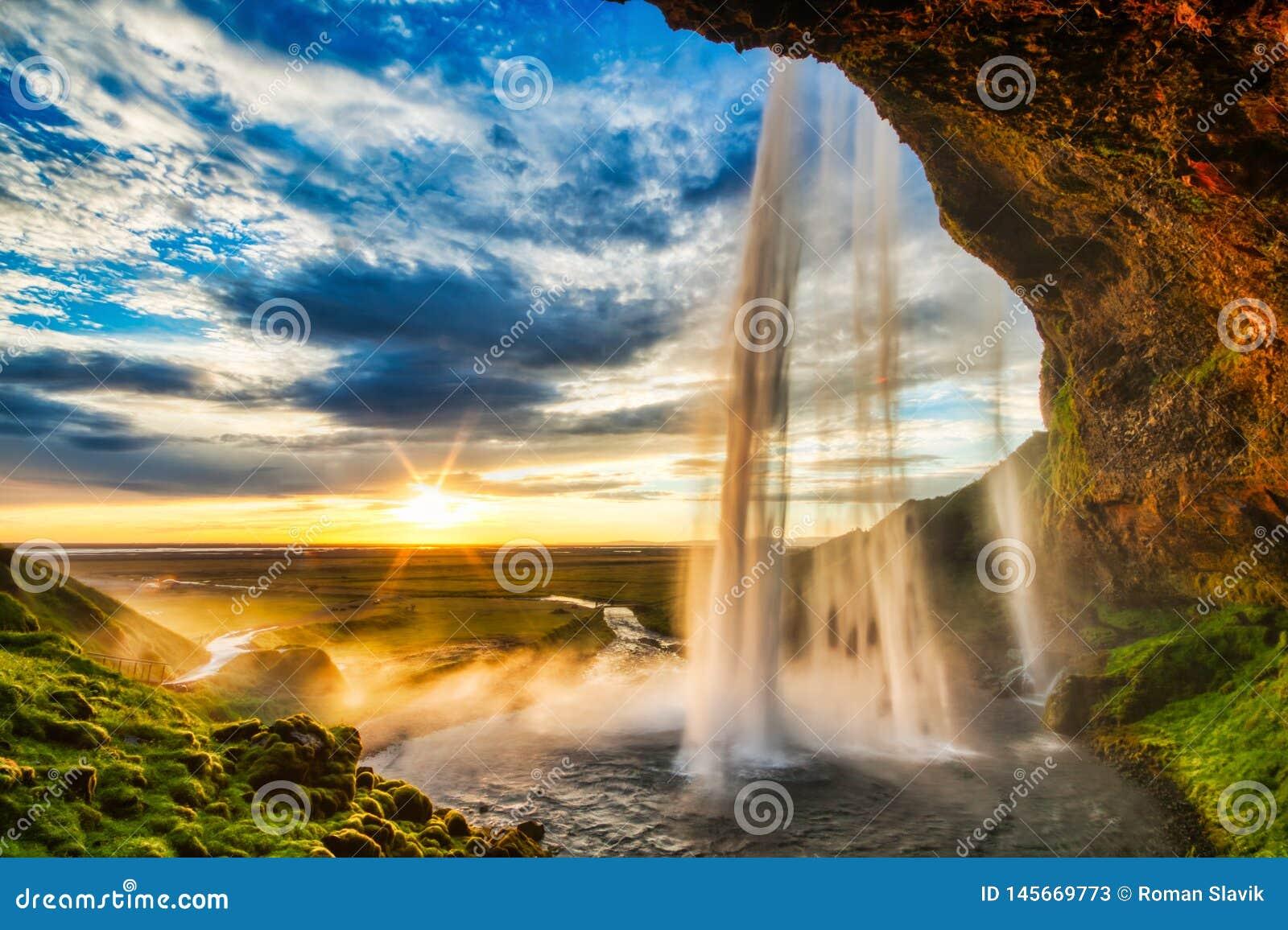 Seljalandfoss vattenfall p? solnedg?ngen, Island