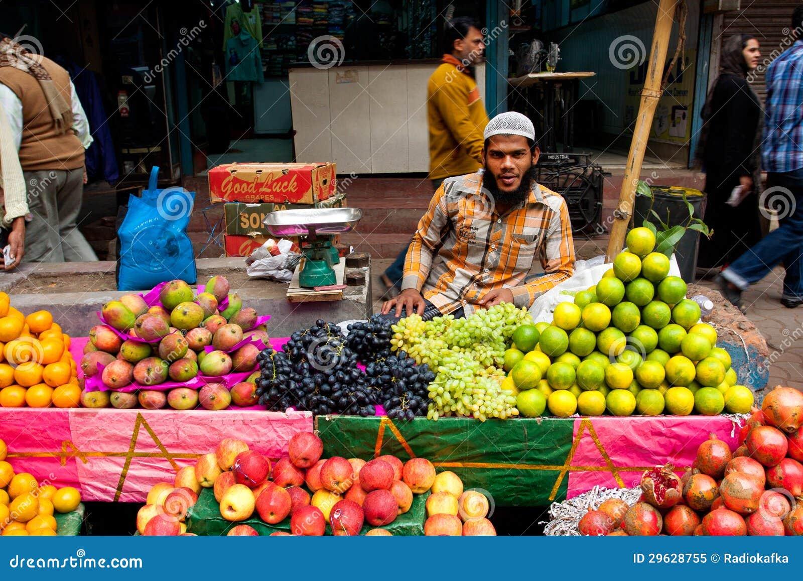 Sell för Muslimgataaffärsman bär fruktt utomhus-