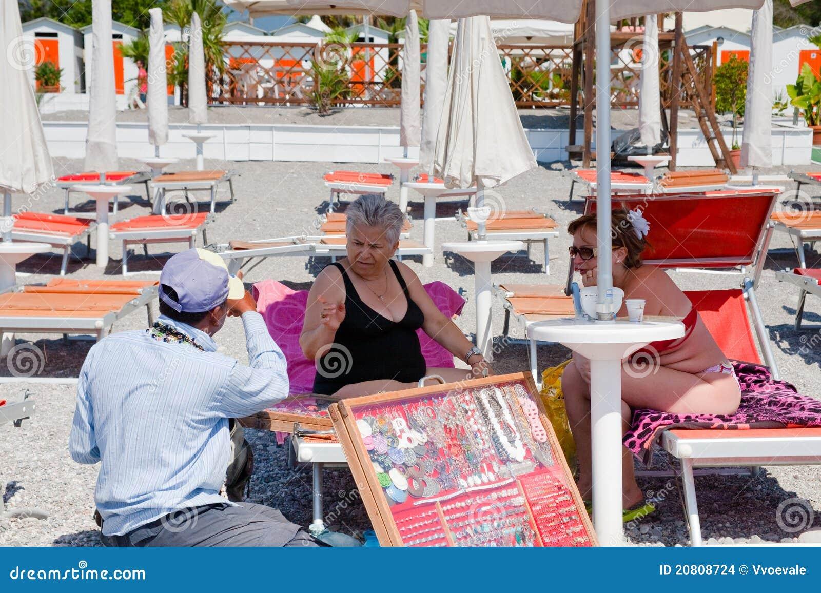 Sell för strandsmyckenpedlar till turisten