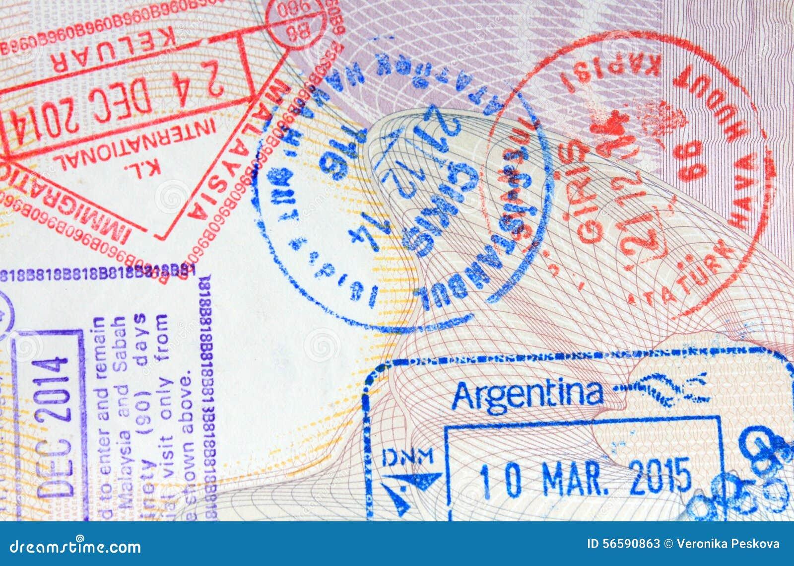 Selos coloridos da chegada da imigração no passaporte