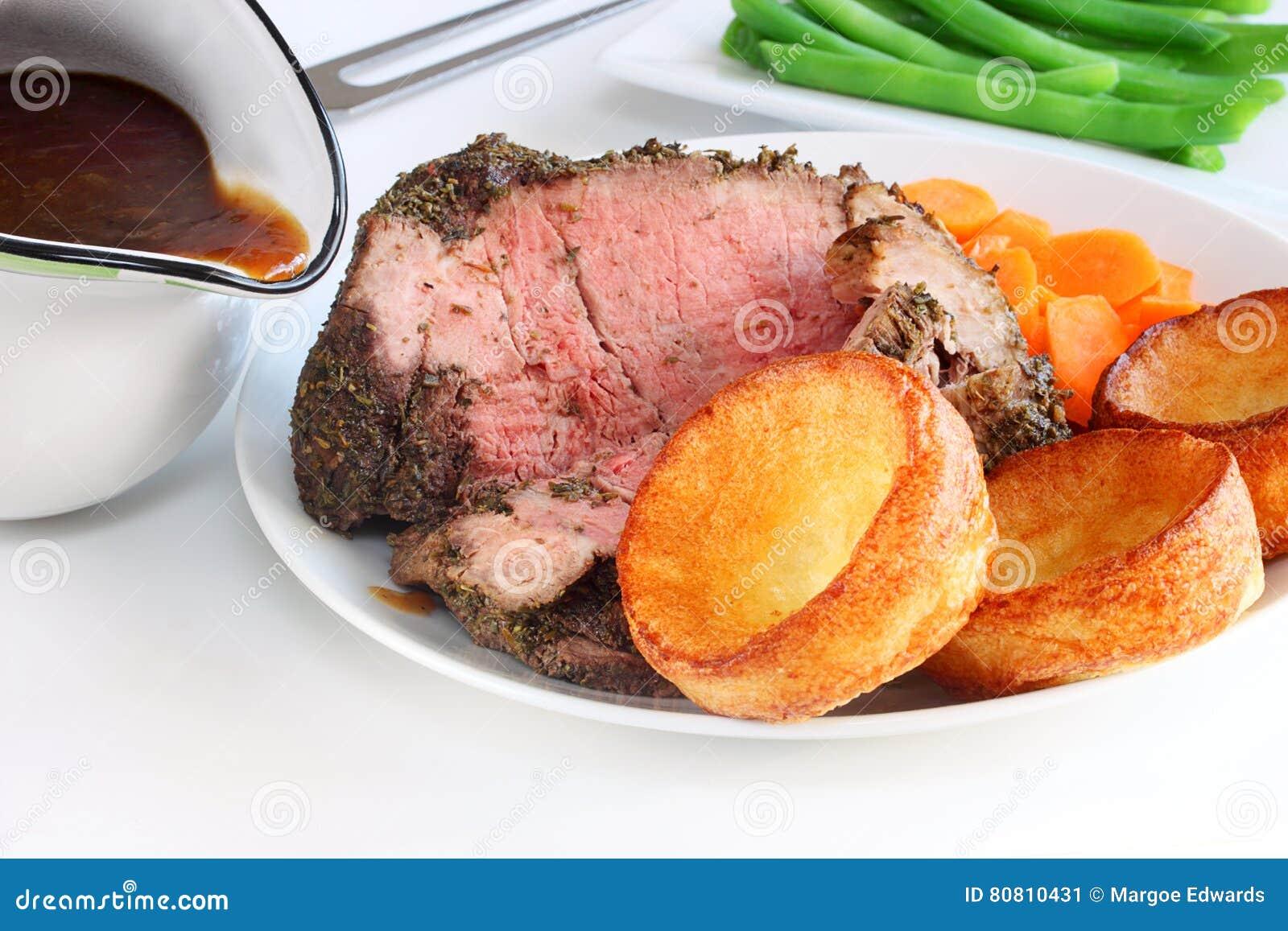 Seltenes Roastbeef Und Mini-Yorkshire-Puddings Stockbild - Bild von ...