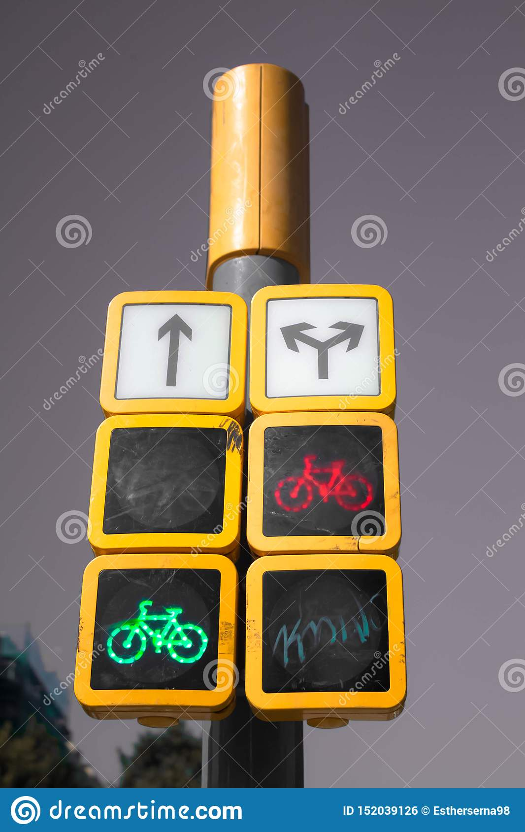 Semáforo las indicaciones para los coches y los ciclistas