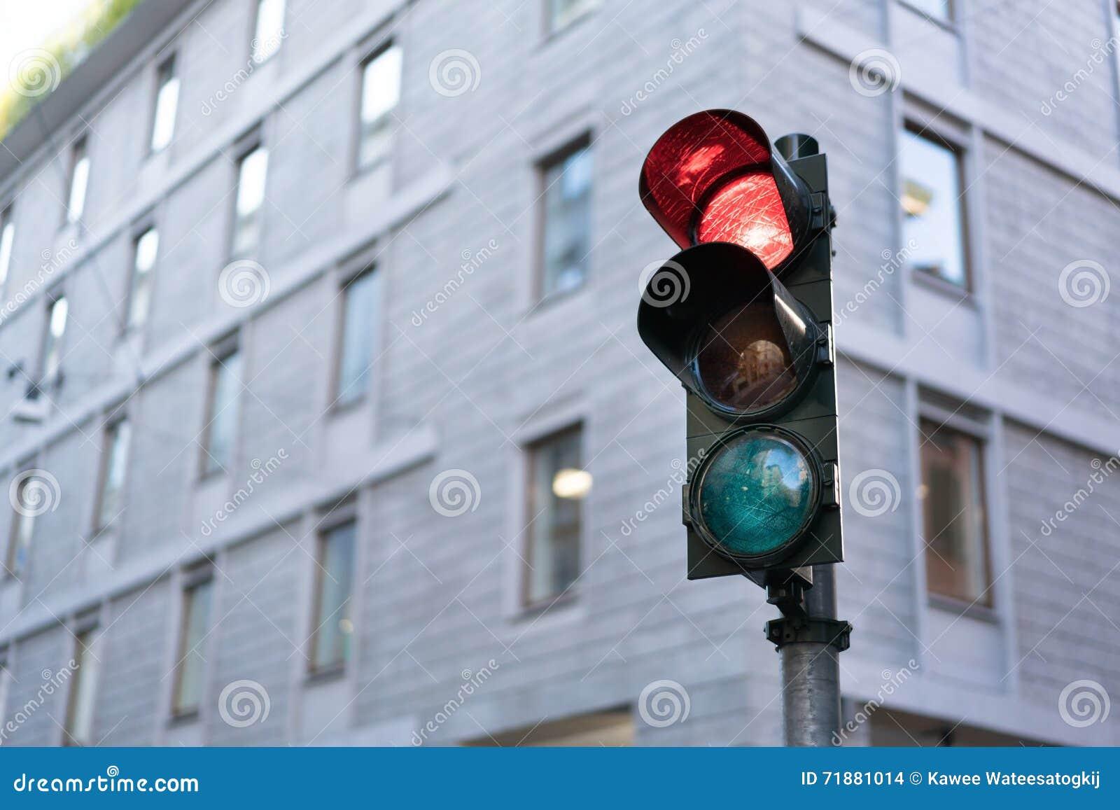 Semaforo rosso dentro in città con il percorso di ritaglio e lo spazio della copia