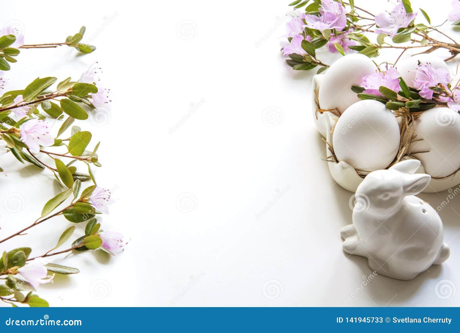 Semana Santa Conejito y huevos blancos con la flor Preparación para la coloración