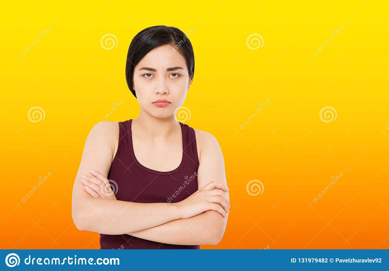 Sembrare serio e responsabile della giovane bella donna triste coreana sensibilità preoccupata e premurosa di espressione faccial