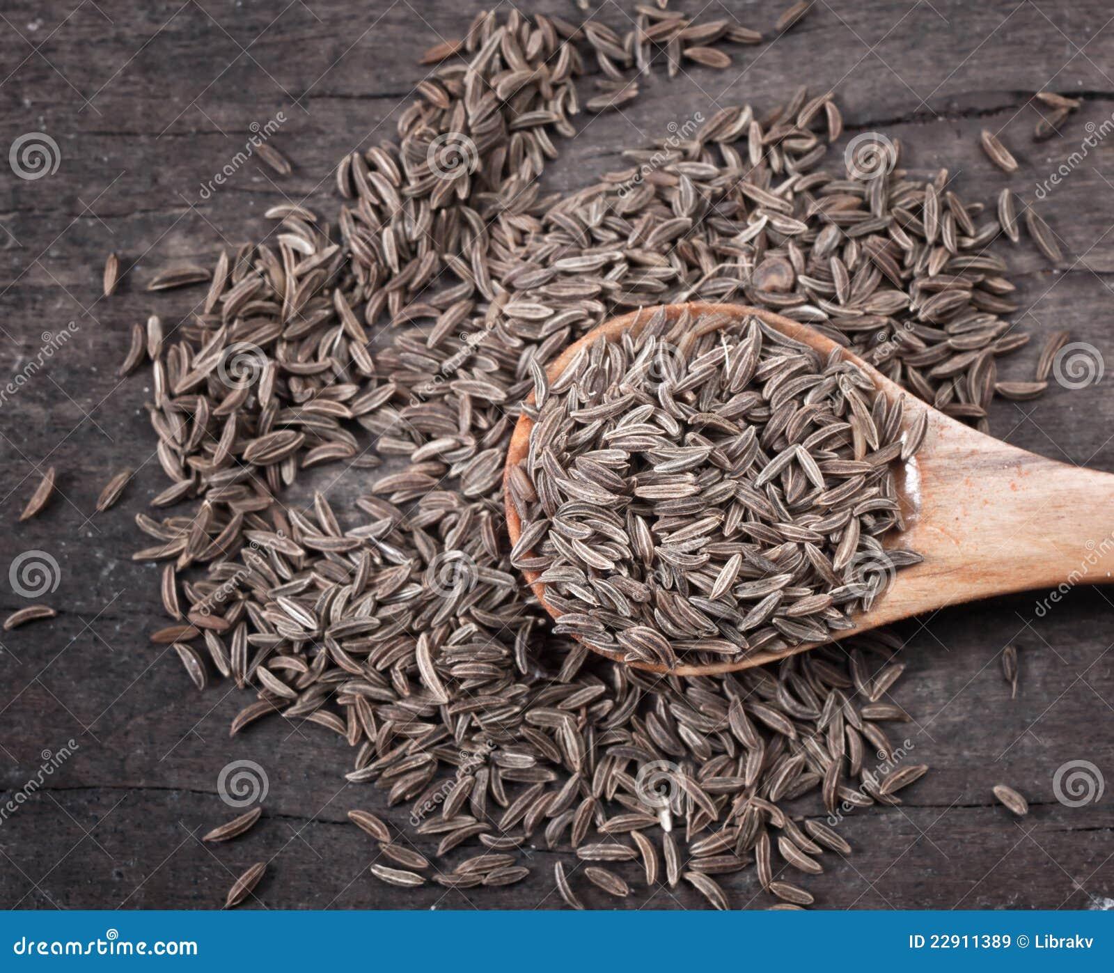 Sementes de cominhos indianas em uma colher