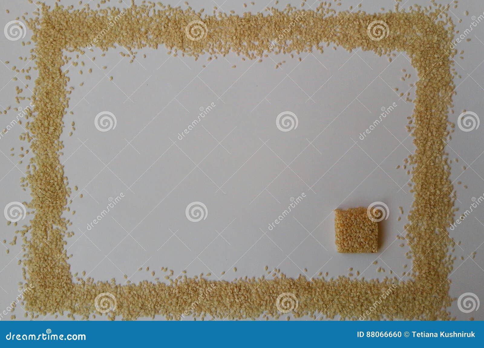 Sementes de sésamo no fundo branco doces doces do sésamo textura clara Vista superior Isolado no branco Alimento naughty