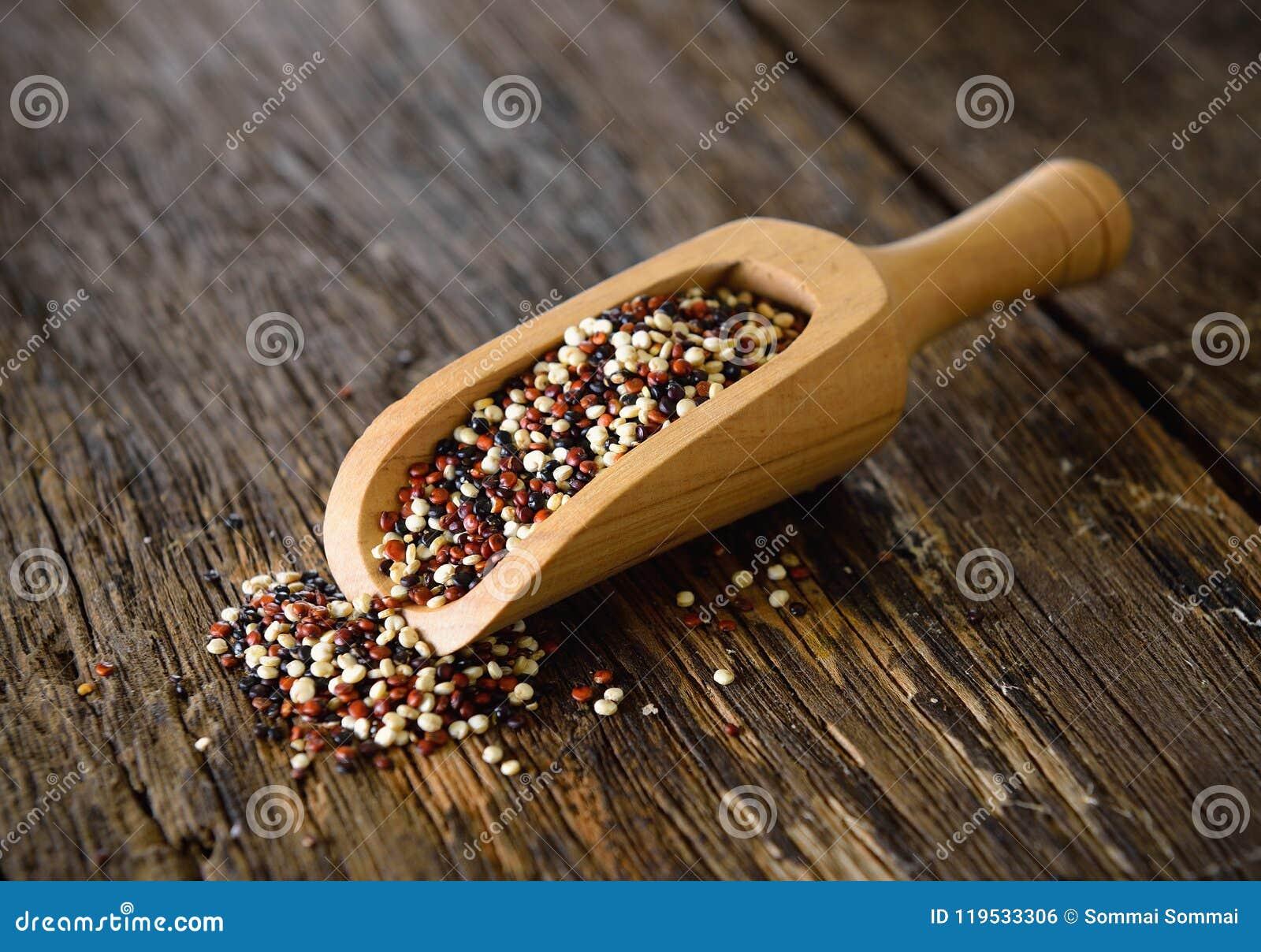 Sementes do Quinoa na colher na madeira