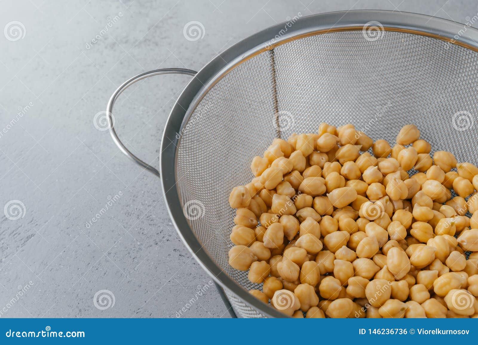 Sementes orgânicas na peneira Grãos-de-bico secos para comer saudável Vista a?rea Alimento denso nutriente Lote do containig dos