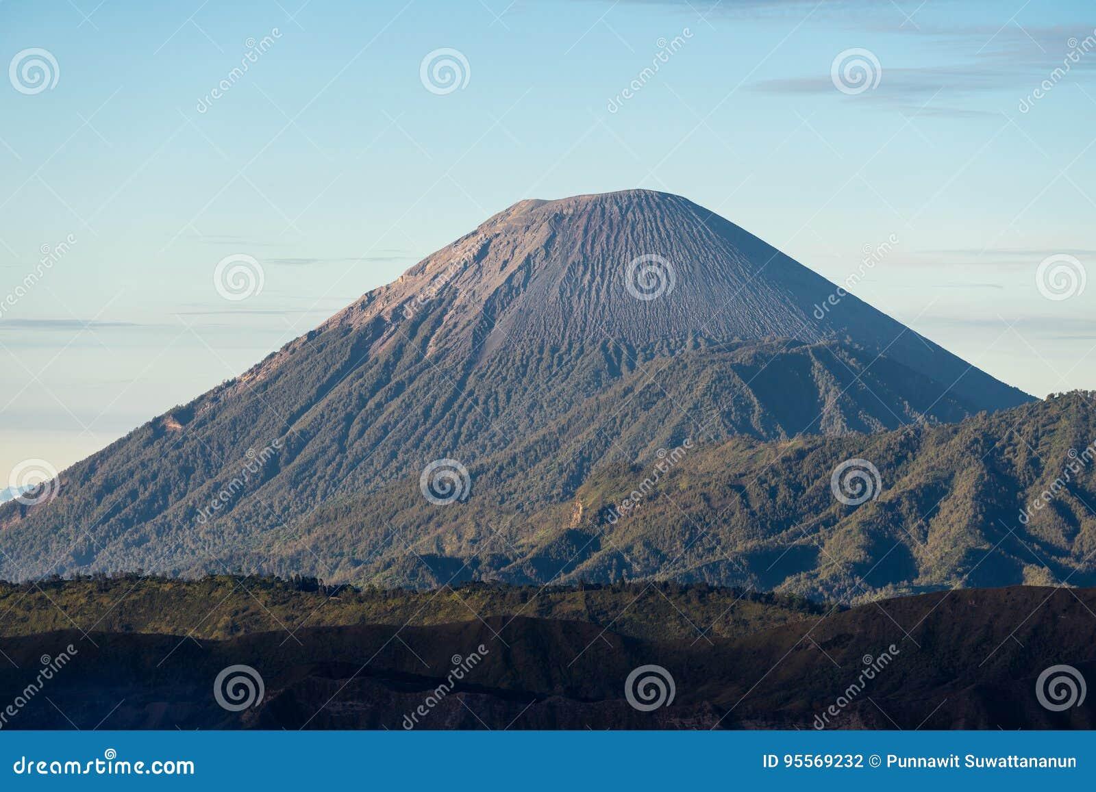 Semeru wulkanu halny szczyt w ranku, Wschodni Jawa, Indonezja