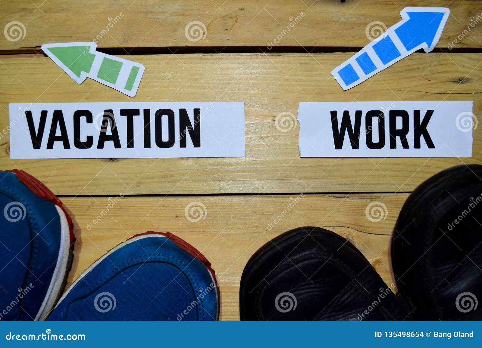 Semester eller arbete mitt emot riktningstecken med gymnastikskor och kängor på trä