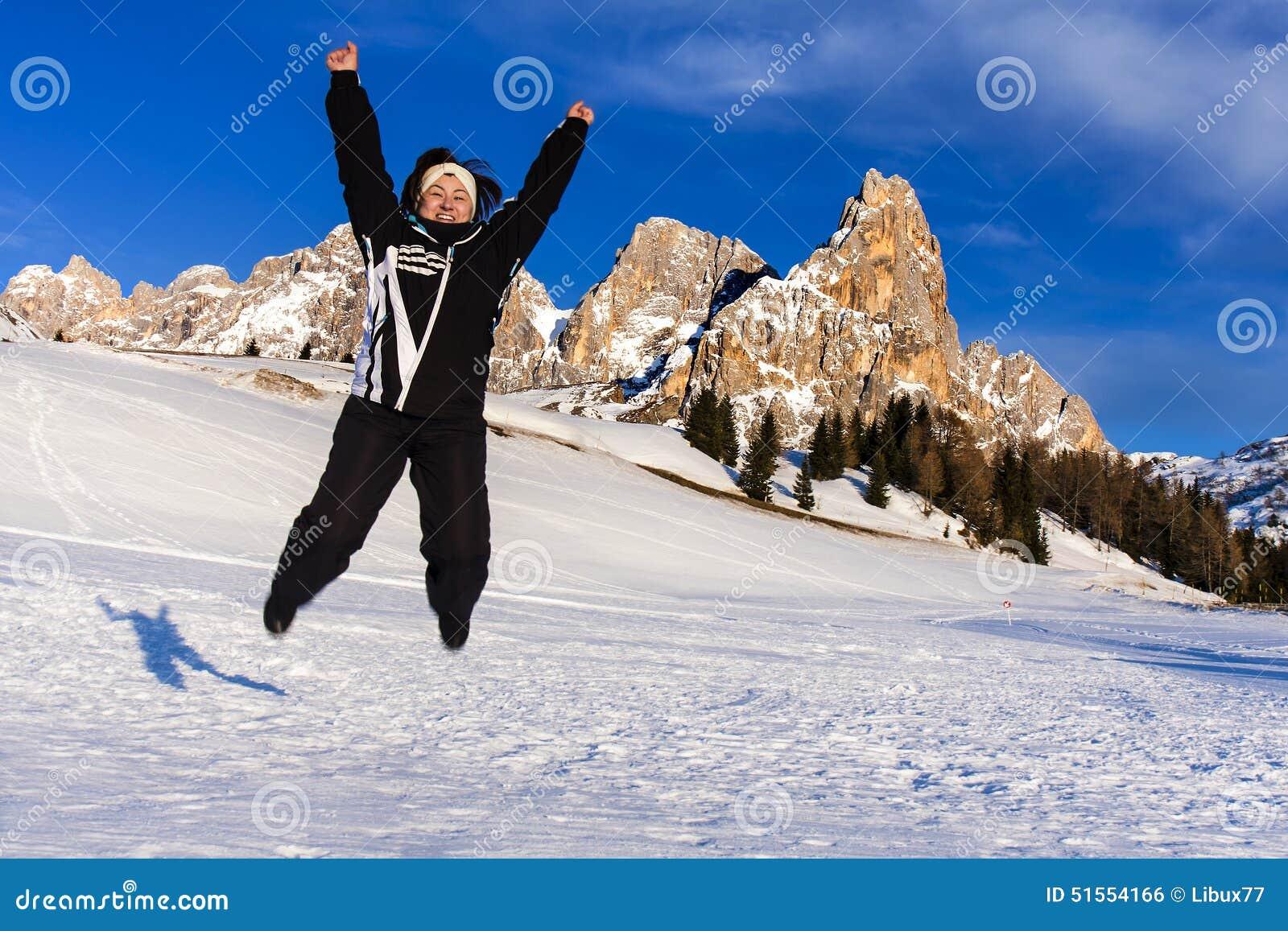 Semester för lycka för berg för banhoppningkvinnasnö