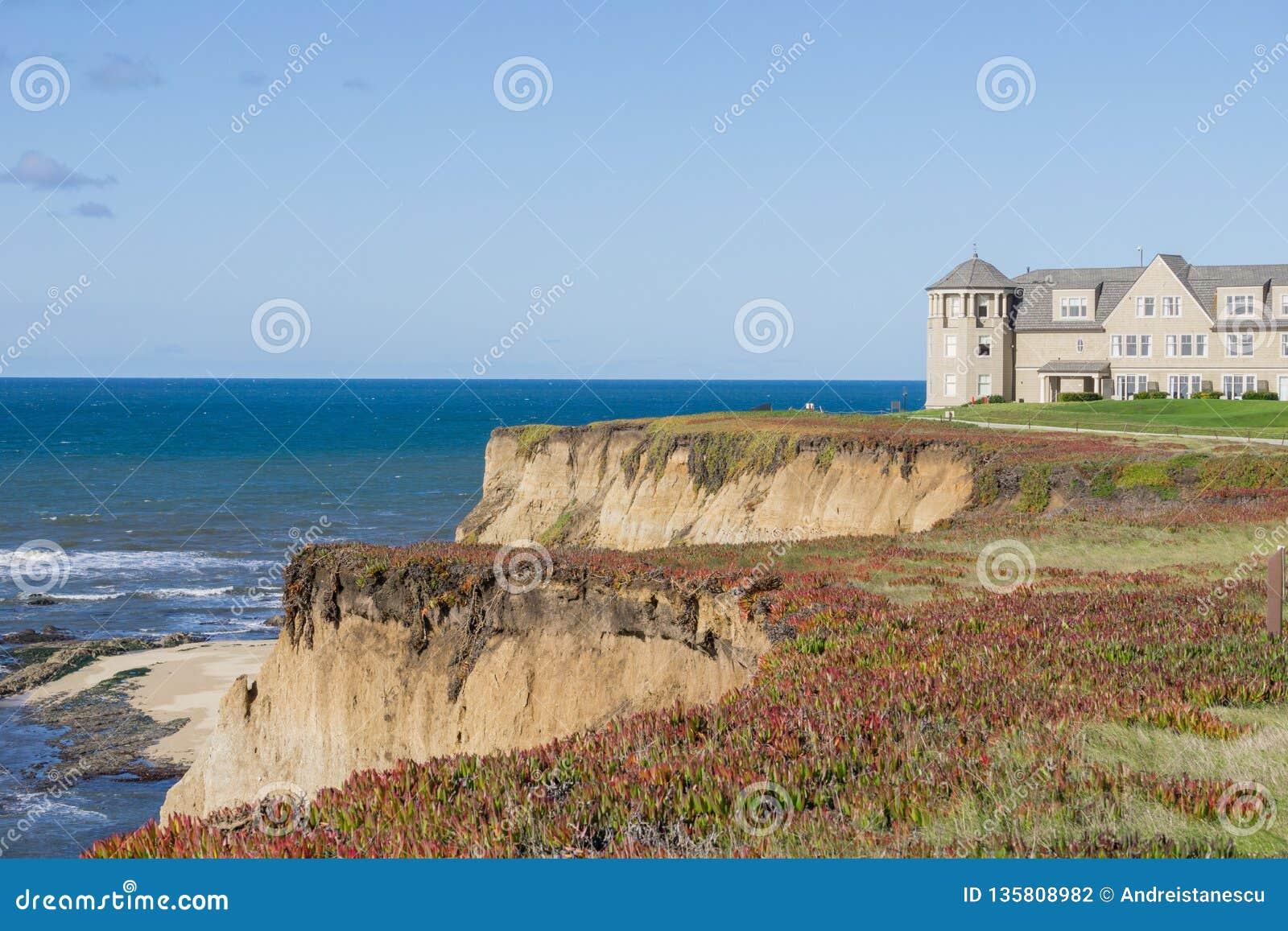 Semesterort på klipporna av Stilla havetkustlinjen, Half Moon Bay, Kalifornien