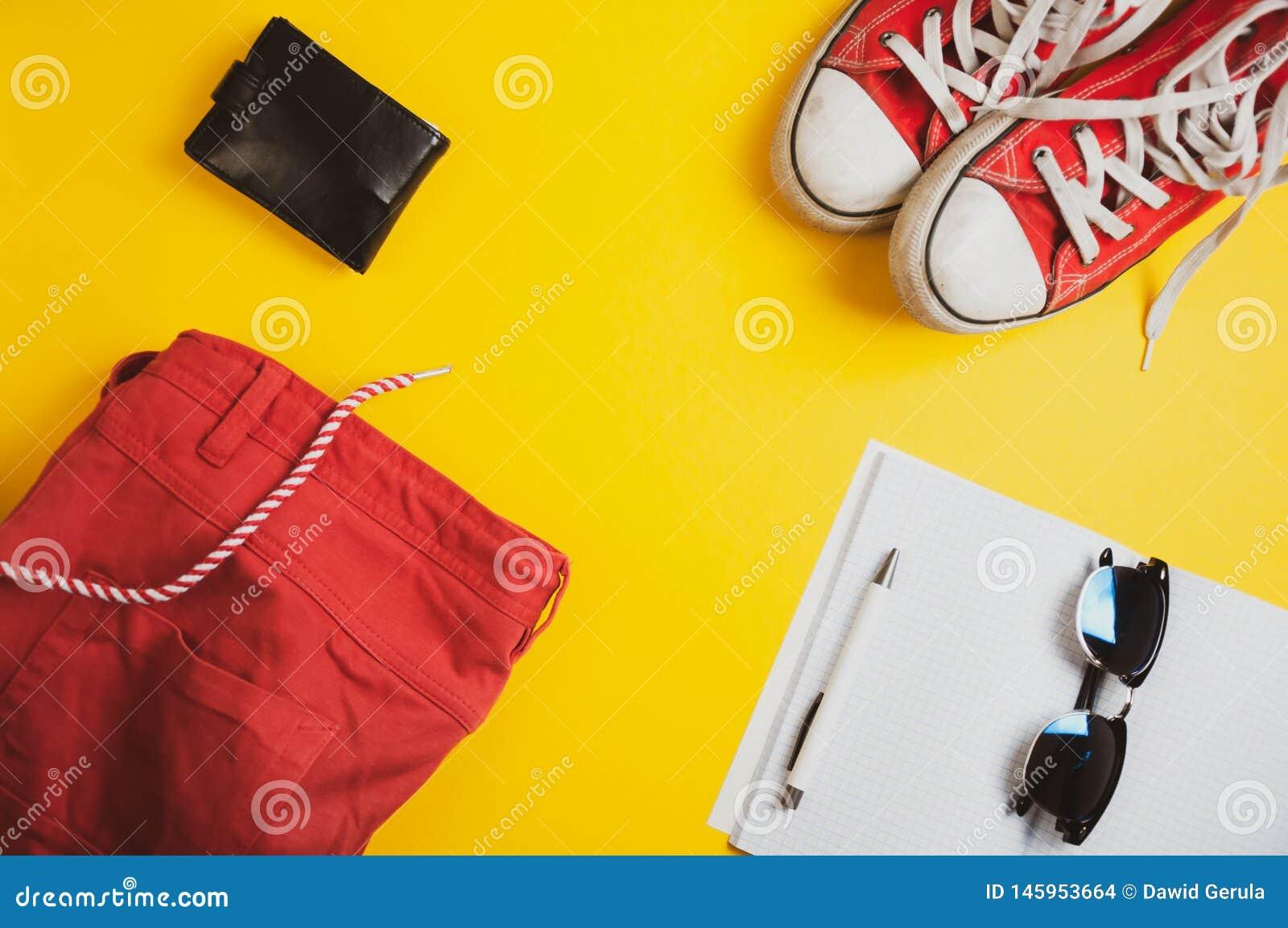 Semesterutrustning Den bästa sikten av röda kortslutningar, piskar plånboken, grov bomullstvillomslaget, solglasögon och anteckni