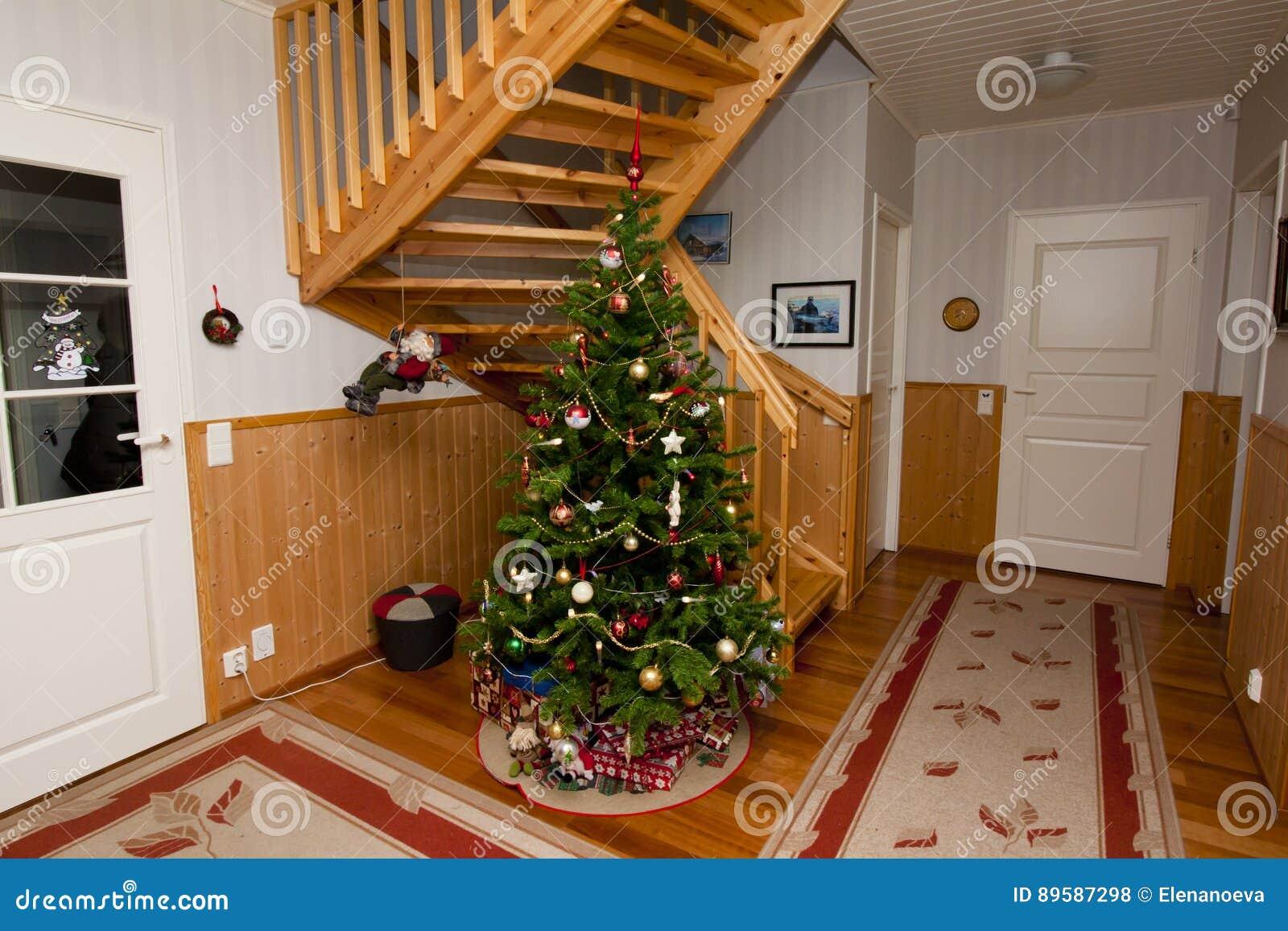Semestra fotoet av den hemtrevliga hemmiljön, med garnering för julgranen och för det nya året