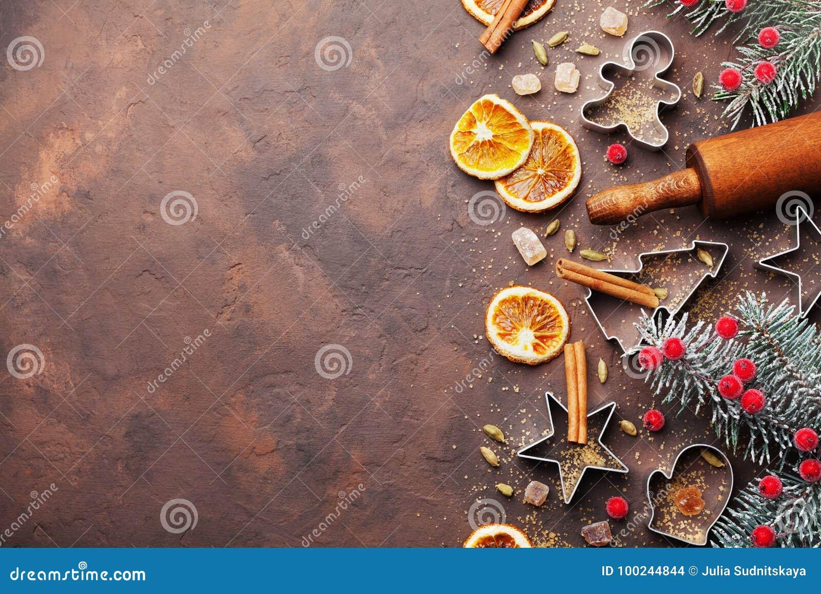 Semestra julbakgrund för stekheta kakor med skärare, kavlen och kryddor på brun bästa sikt för tabell Kopiera utrymme för text