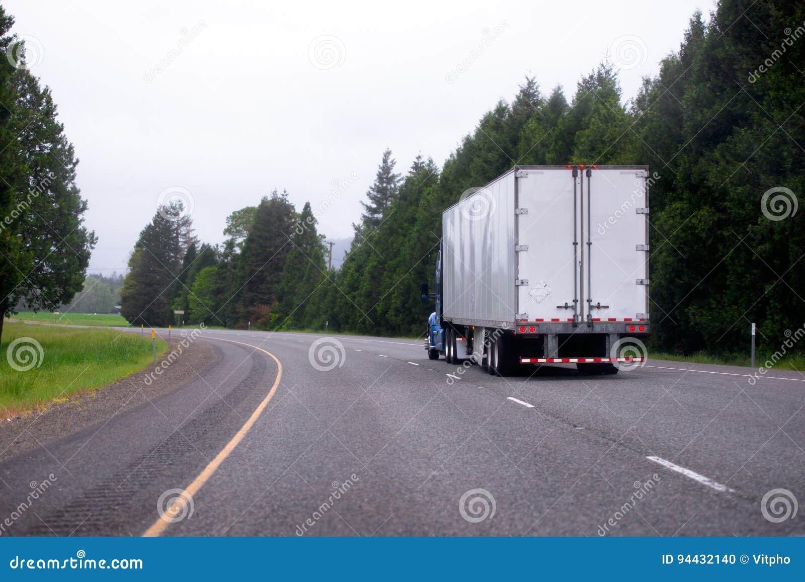 Semi camión con de la furgoneta el camión seco semi que mueve encendido highwa curvy escénico