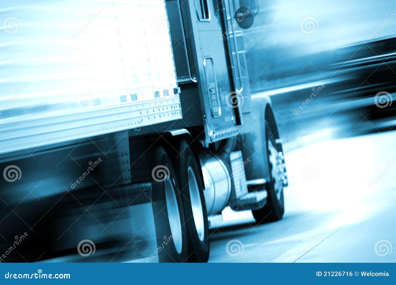 Semi camion dans le mouvement