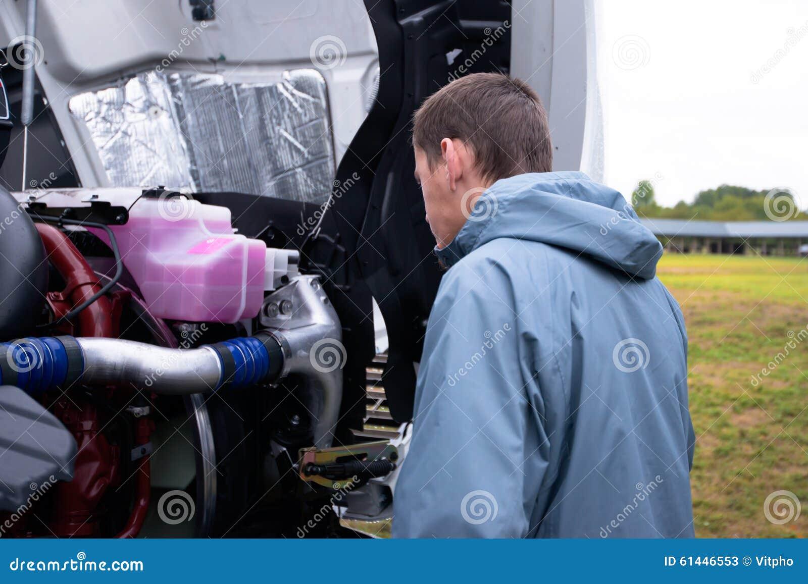 Semi de vrachtwagenmotor van de vrachtwagenchauffeurcontrole alvorens semi vrachtwagen te drijven