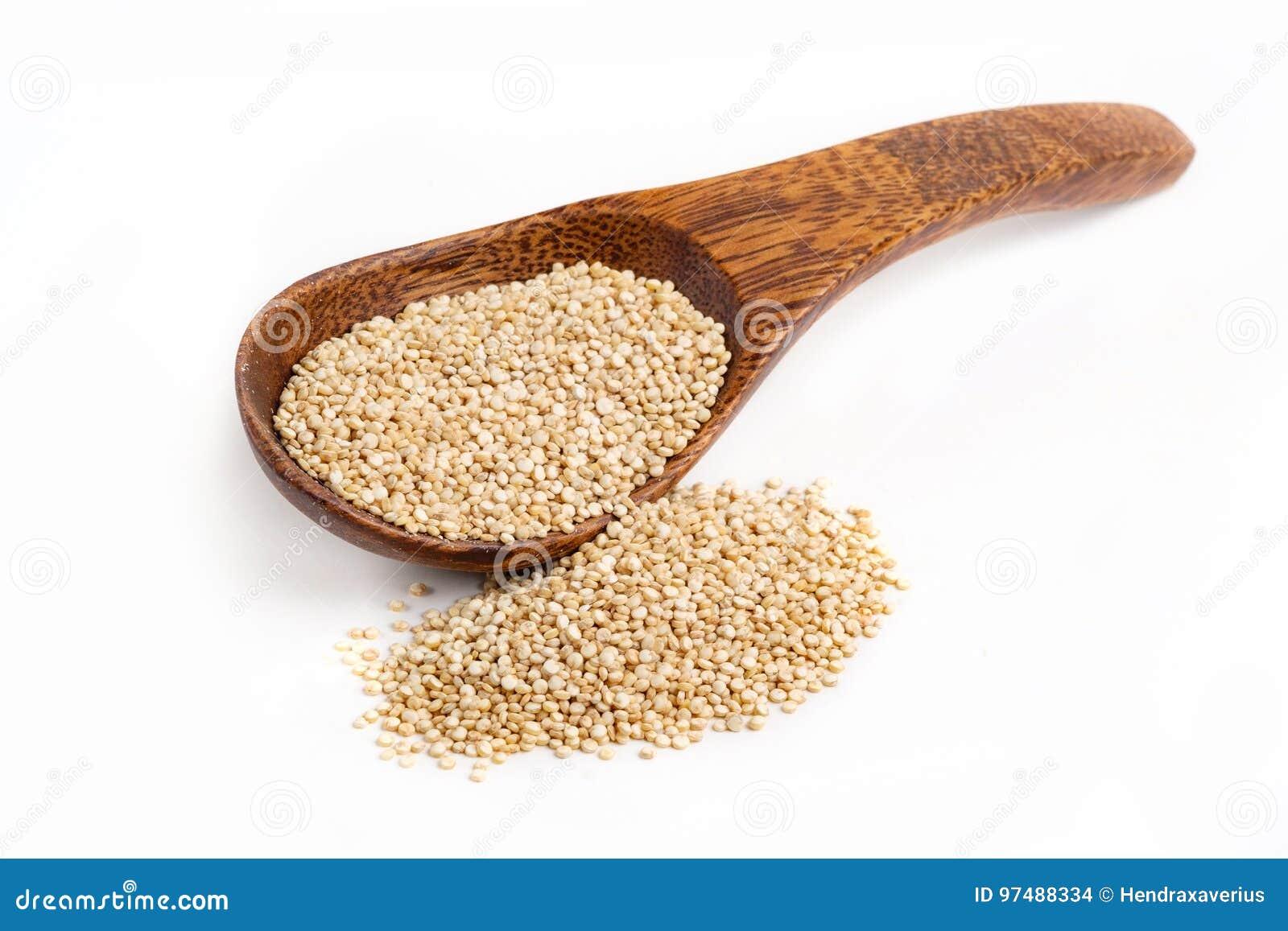 Semi organici della quinoa con fondo bianco