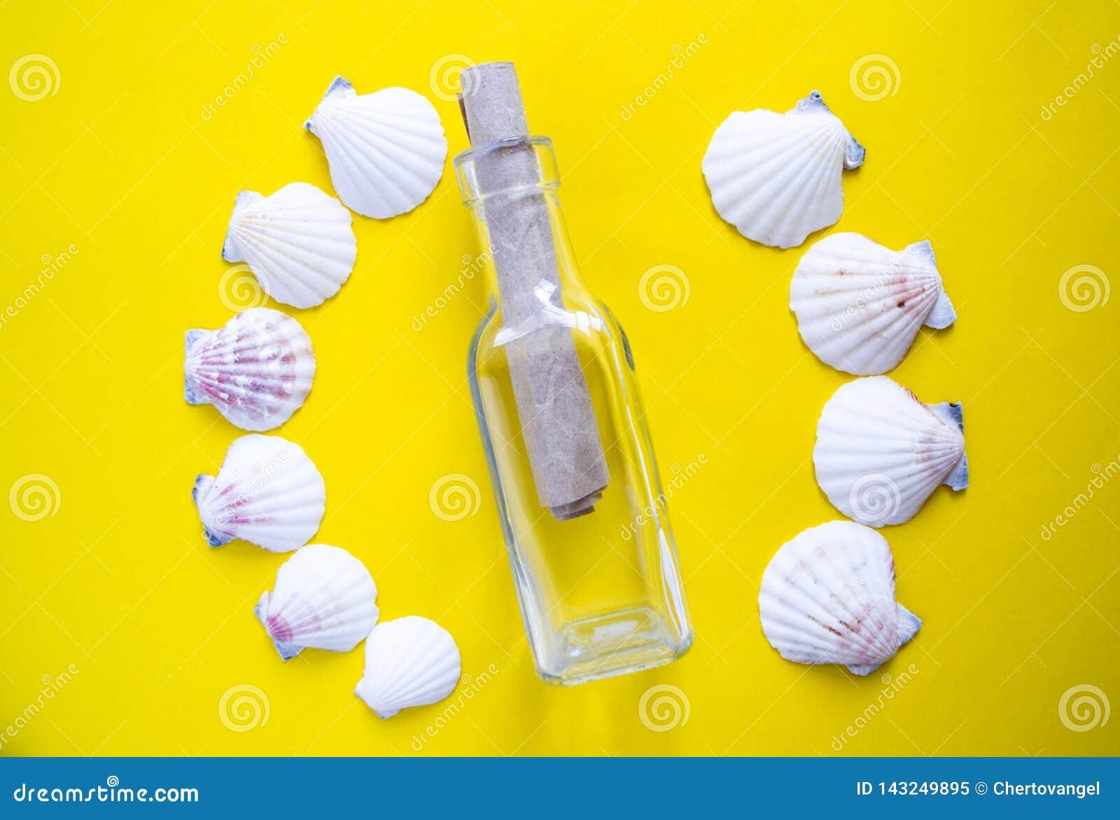 Semicírculo das conchas do mar brancas com mensagem em uma garrafa no fundo amarelo