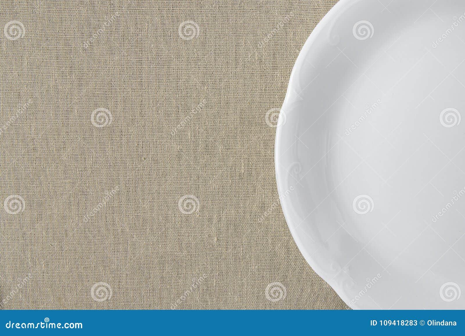 Semicerchio Vuoto Dannata Bianco Del Piatto Sul Fondo Di Tela Beige