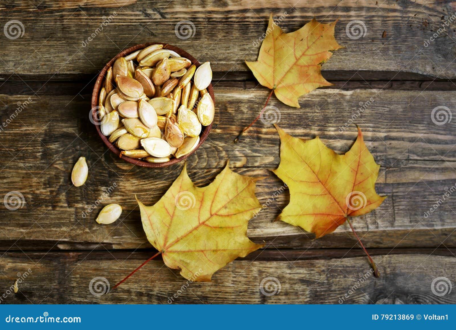 Semillas de calabaza y hojas de arce del otoño
