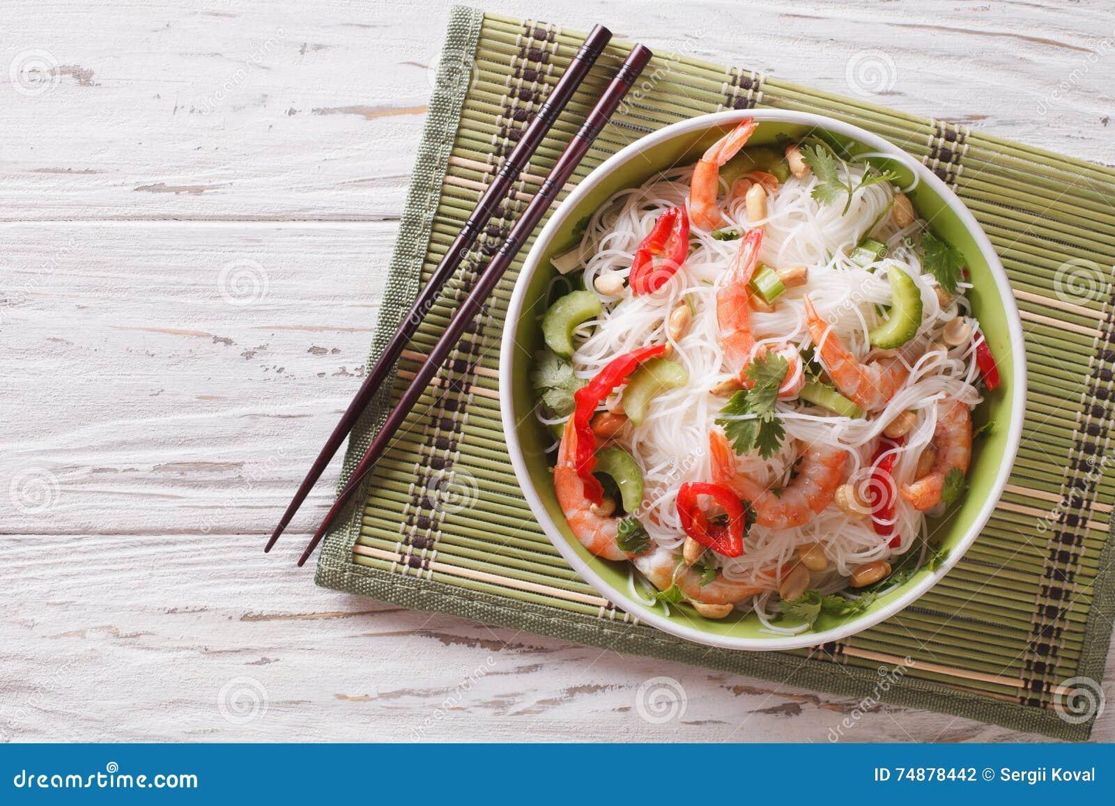 Sen tailandese piccante del woon dell igname dell insalata con la fine dei frutti di mare su orizzontale